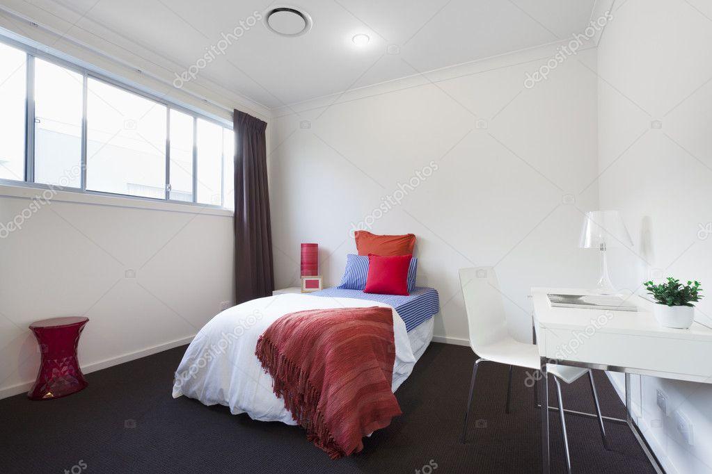 moderna camera da letto singola — Foto Stock © epstock #8975171