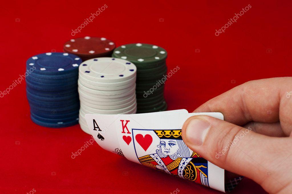Ass Und König Hoch Auf Roten Tisch Und Chips Stockfoto