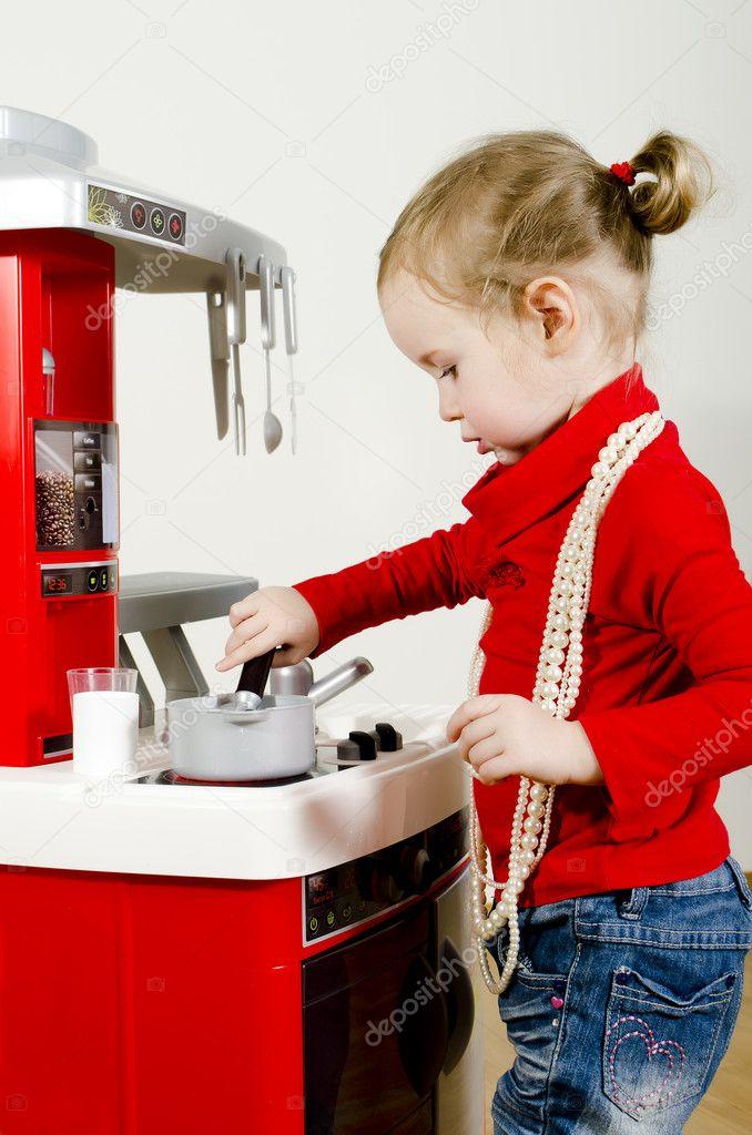 Male Slodkie Dziewczyny Gry W Kuchnia Dla Dzieci Zdjecie Stockowe