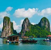 Plovoucí rybářské vesnici v halong bay, vietnam