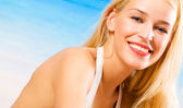 Fotografia felice giovane donna sulla spiaggia