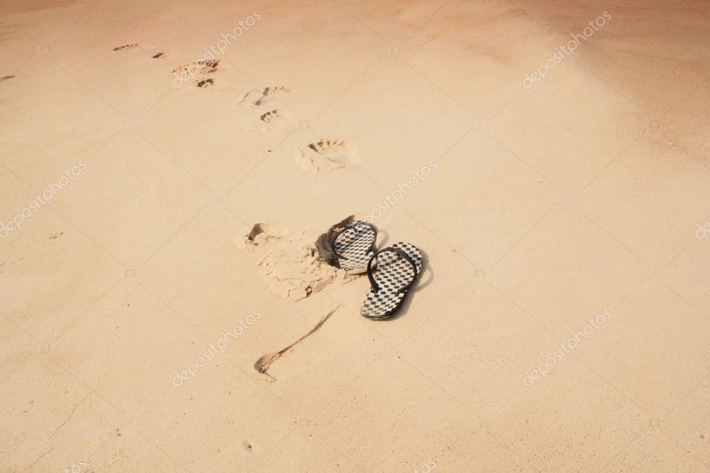 infradito sulla sabbia — Foto Stock © wyoosumran  9826956 024528bf00e