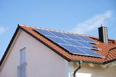 střecha s Fotovoltaický systém