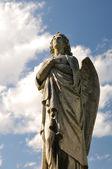 socha anděla a modrá obloha