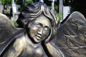 detail malé angel na náhrobku
