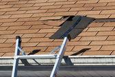 Riparazione di assicelle del tetto danneggiato