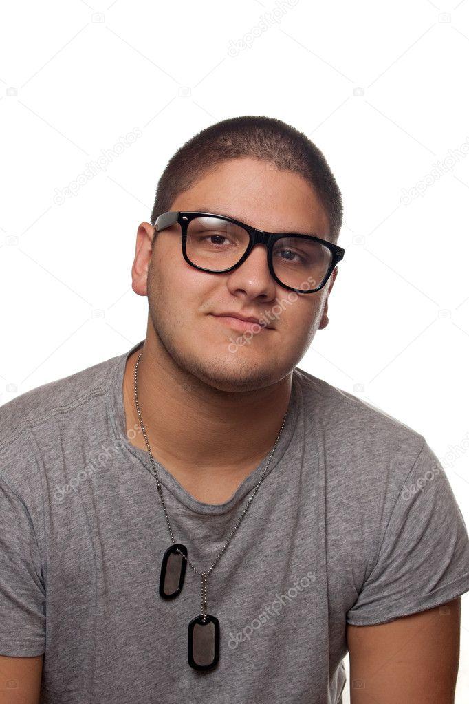 404e611a07 Ένας νεαρός άνδρας εφηβική απομονωθεί πάνω από λευκό φορώντας μαύρο πλαίσιο  nerd γυαλιά και στρατιωτικό στυλ σκύλος Ετικέτες — Εικόνα από ...