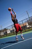 basketbalový hráč střílí