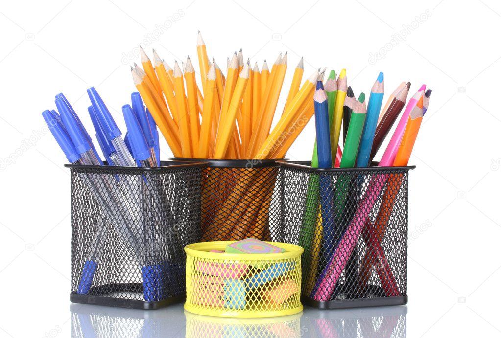Supports de couleur pour des fournitures de bureau avec eux isolé