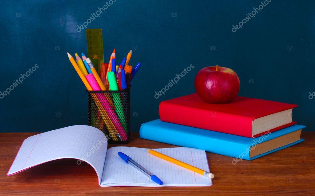 Composici 243 N De Libros Papeler 237 A Y Una Manzana Sobre El