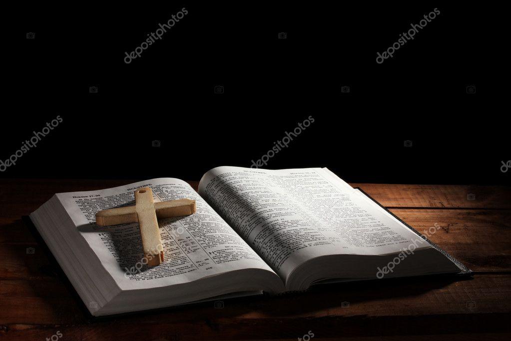 российский открытый библии с деревянный крест на столе