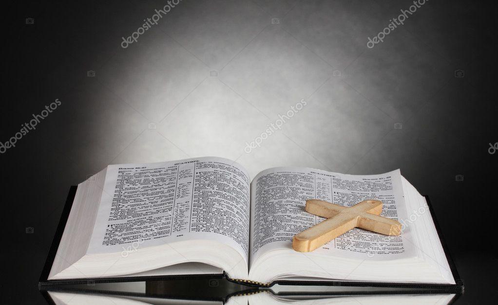 российский открытый библии с деревянный крест на черные
