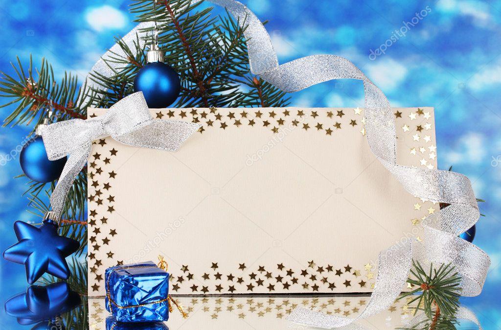 carte postale vierge, boules de Noël et sapin sur fond bleu — Photographie belchonock © #8116037