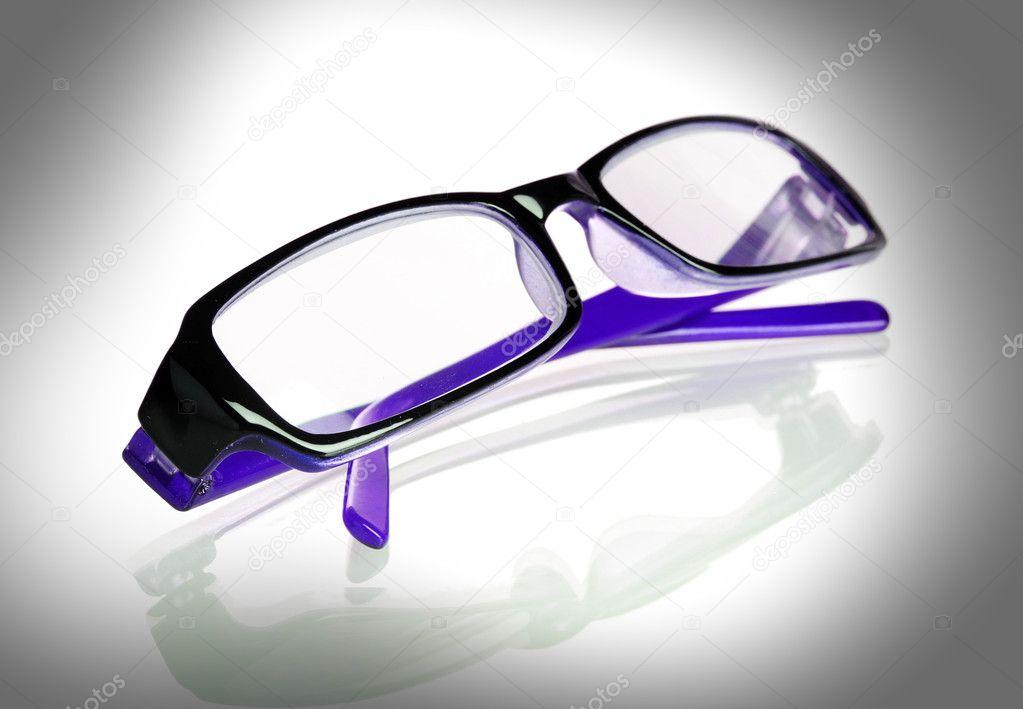 Sonderangebot Offizieller Lieferant klassischer Stil von 2019 Violette Brille auf grau — Stockfoto © belchonock #8116975