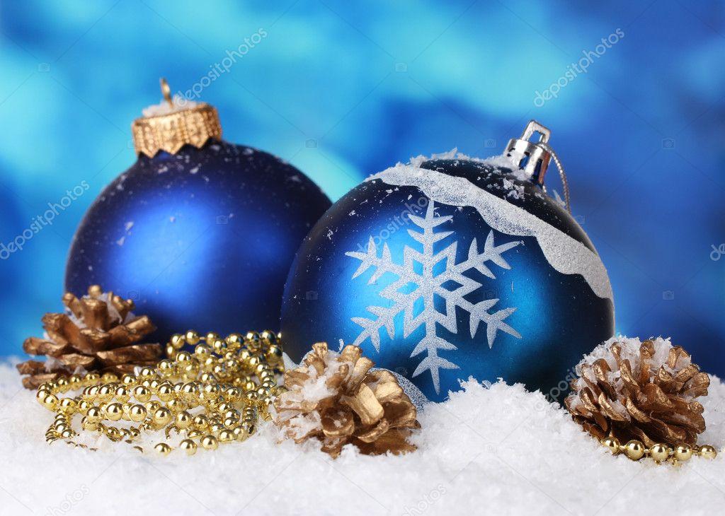 belles boules de no l bleu et c nes en neige sur fond bleu photographie belchonock 8168012. Black Bedroom Furniture Sets. Home Design Ideas