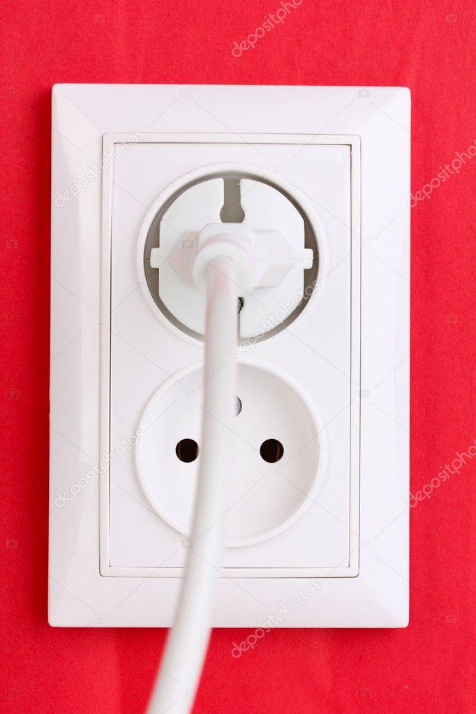 weiße Steckdose mit Stecker an der Wand — Stockfoto © belchonock ...