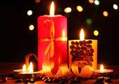 Nádherné svíčky na dřevěný stůl na světlé pozadí