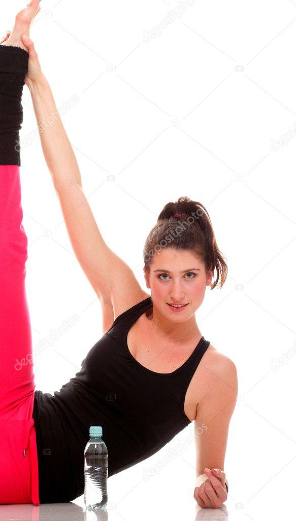 schöne junge Brünette Frau, die Dehnung der Muskeln Arme isoliert ...