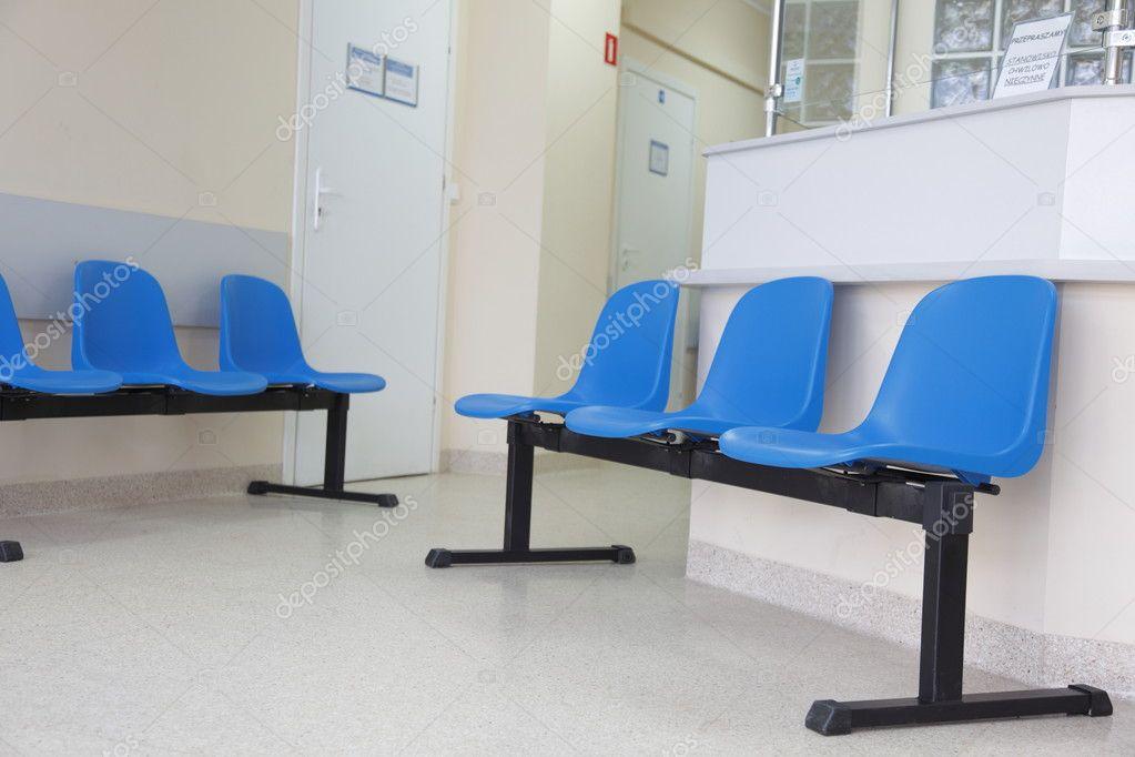 Sedie sala attesa blu sul pavimento u foto stock lsaloni