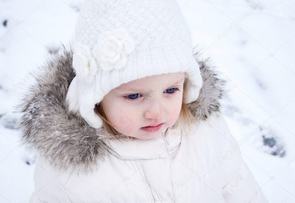 fd18fd29d een close up van een schattige babymeisje in een hoed en een ...