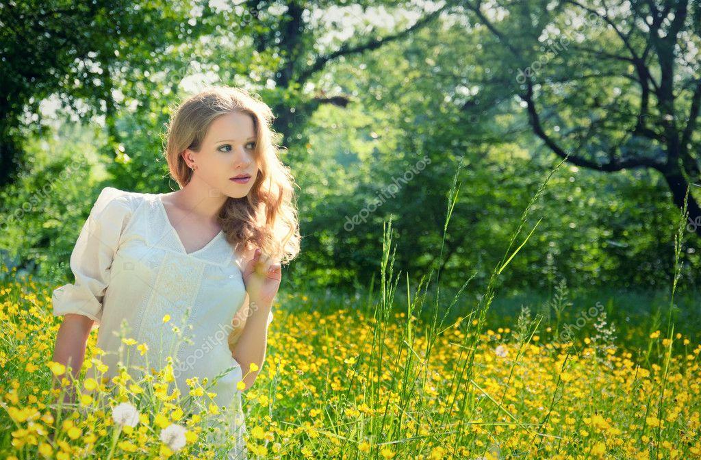 Молодая девочка на природе фото 599-935