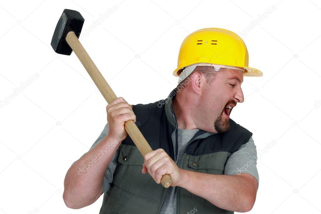 раз, фото мужик с кувалдой или дрелью удар шее делает