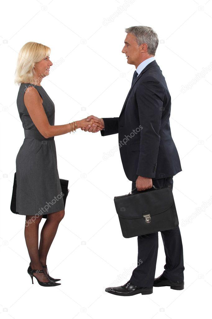 При знакомстве с девушкой жать ли ей руку
