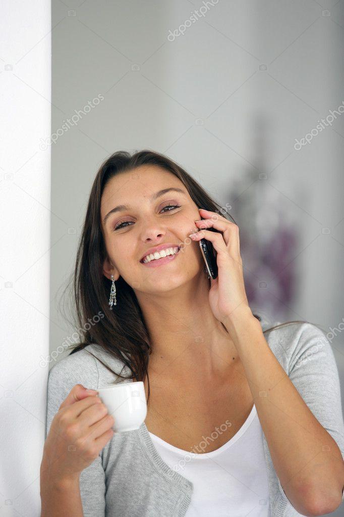 Девушка брюнетка разговаривает по телефону фото 4