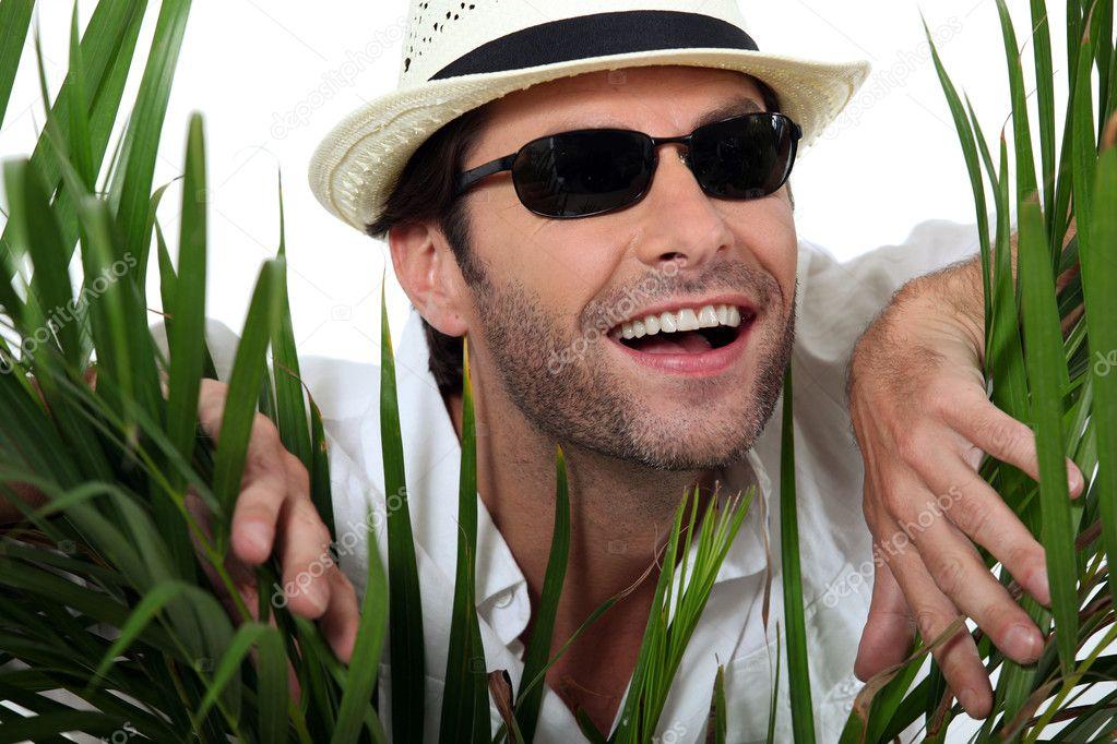 Фото мужчина в шляпе и солнцезащитных