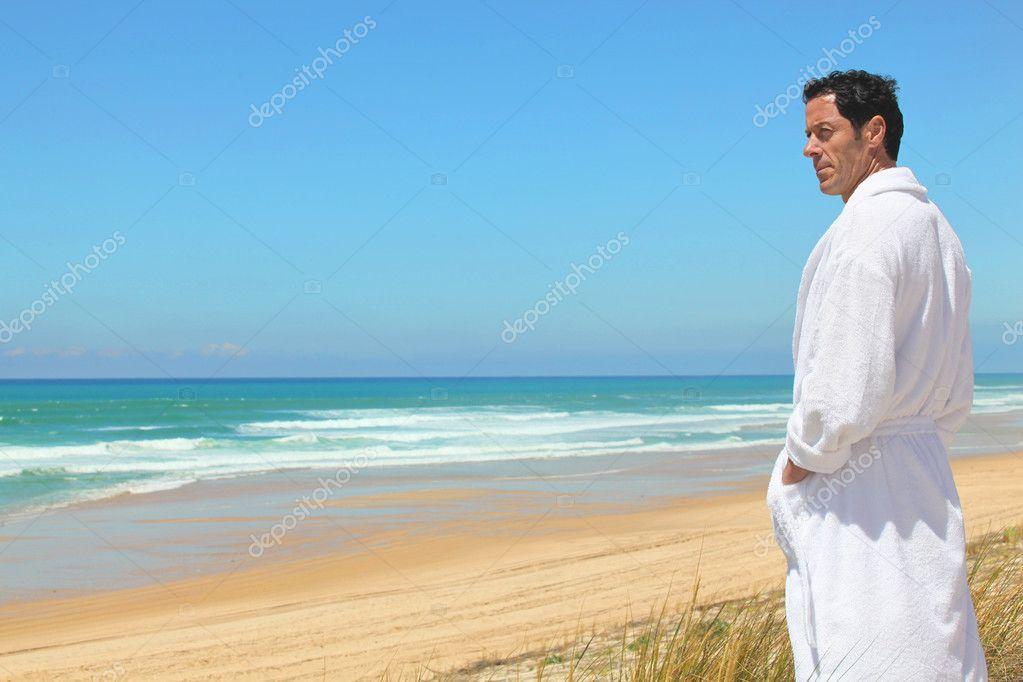 sehen Website für Rabatt Schnelle Lieferung Mann im Bademantel am Strand — Stockfoto © photography33 ...