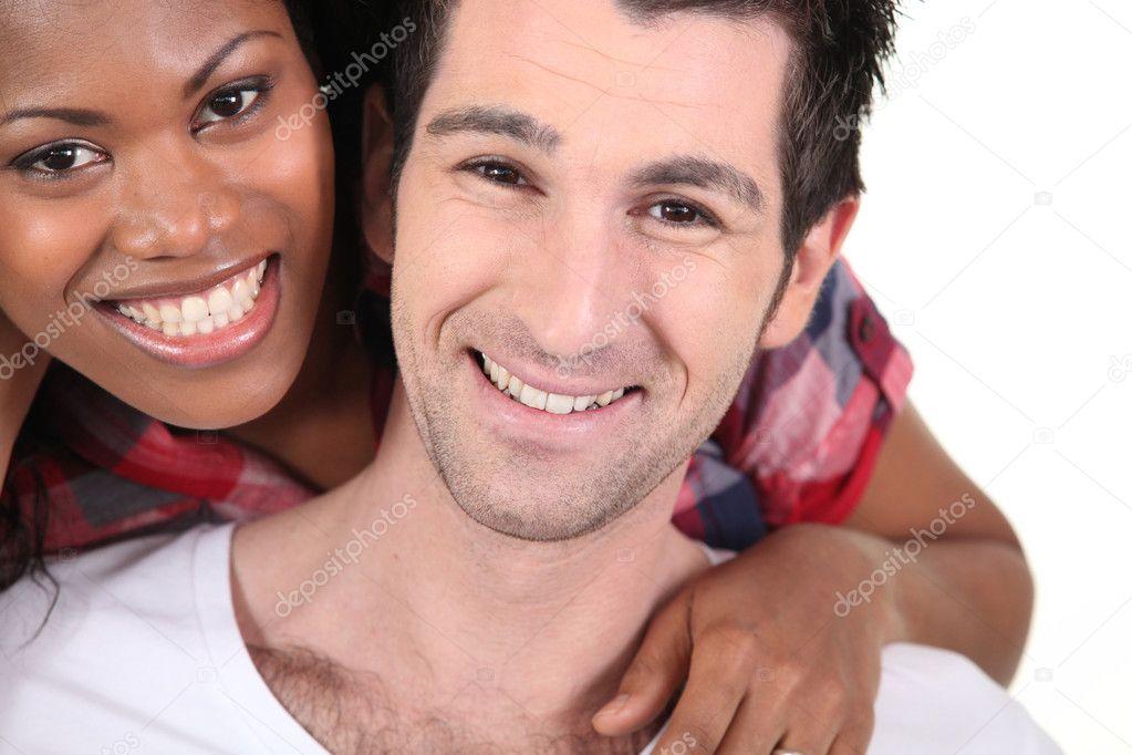 Pareja interracial córneo