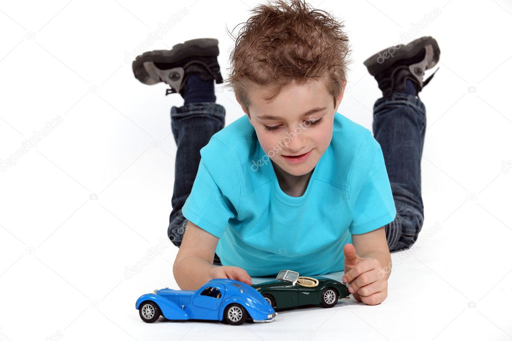 Little Boy With Toy Car : Little boy playing with toy cars — stock photo