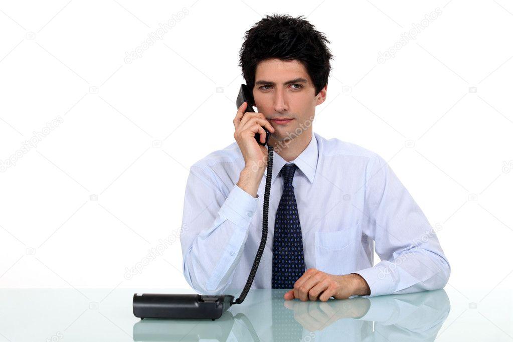 Мужская рука, набирая номер телефона для того чтобы сделать.