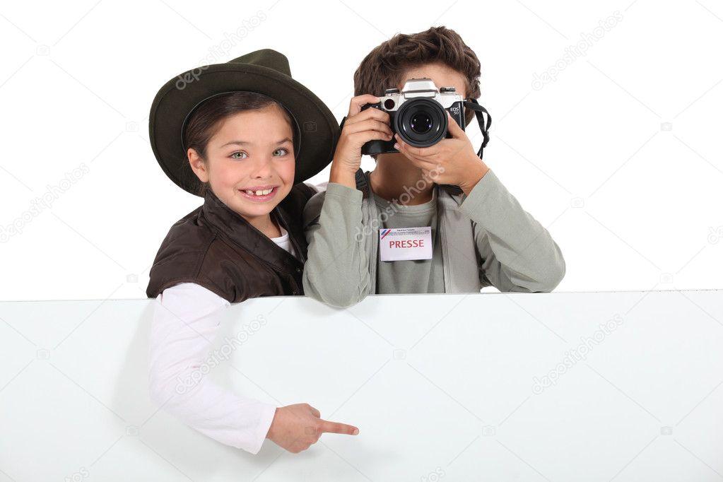 Kind Druk Op Fotografen Met Een Bord Leeg Voor Uw Bericht