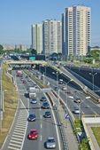 Městský prostor, doprava a silnice s mrakodrapy
