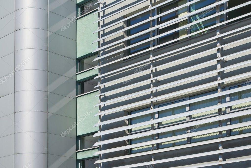 Fachada de edificio moderno minimalista con contraventanas for Edificios minimalistas fotos