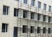 Fotografia impalcature e contro il muro e windows