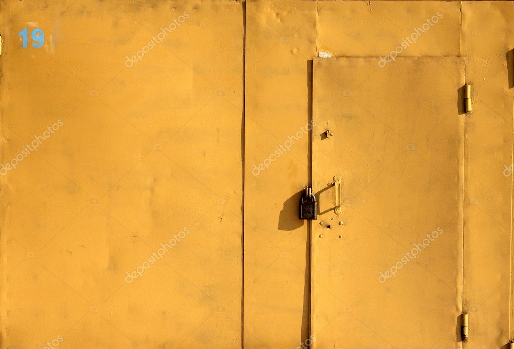 Porta del garage di ferro giallo brillante con un for Piani porta garage gratuiti