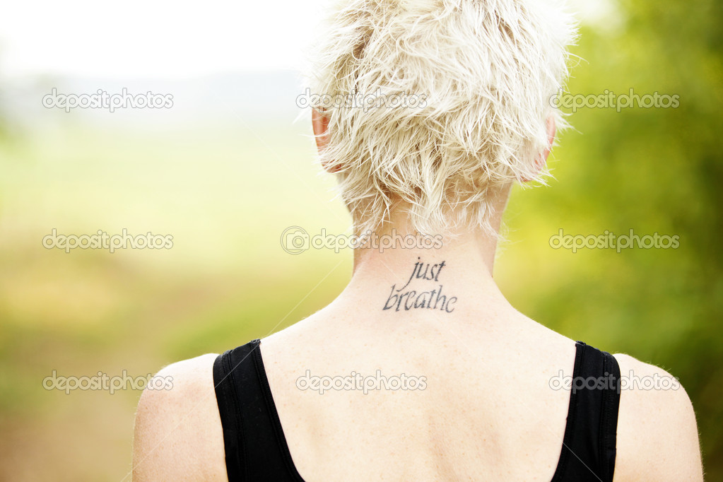 Corredor De La Mujer Con Tatuaje En El Cuello Foto De Stock