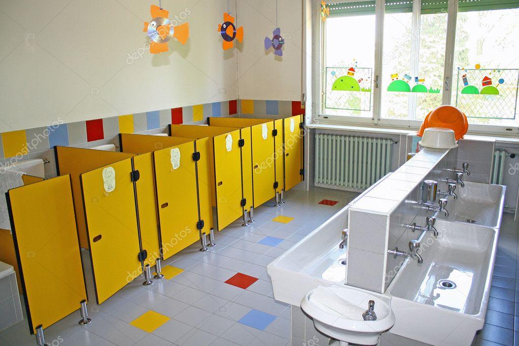 bagno e servizi igienici con lavelli piccolo asilo — Foto Stock ...