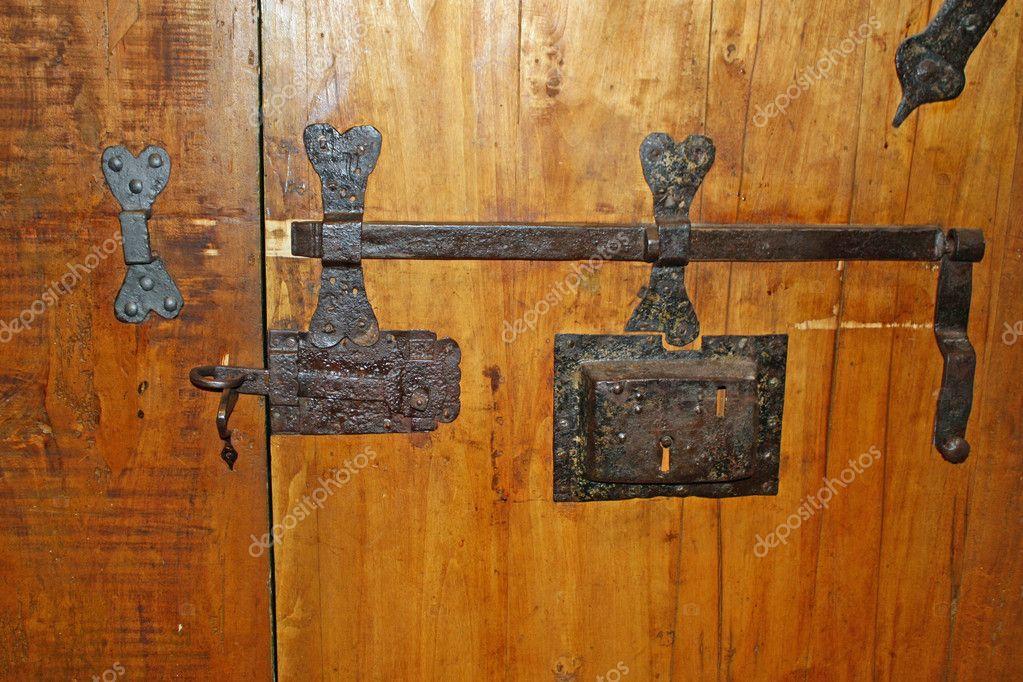 Hierro viejo con cerradura para cerrar la puerta de madera fotos de stock chiccododifc 10568530 - Cerradura de puerta de madera ...