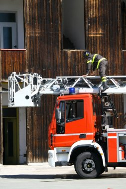 bir kurtarma operasyonu sırasında itfaiye kamyonları merdiven kamyonu