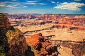 Grand canyon slunečný den s modrou oblohou