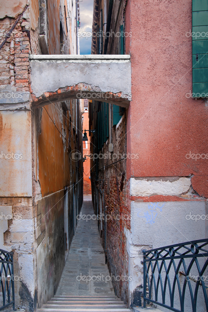 Фотообои Narrow street in Venice