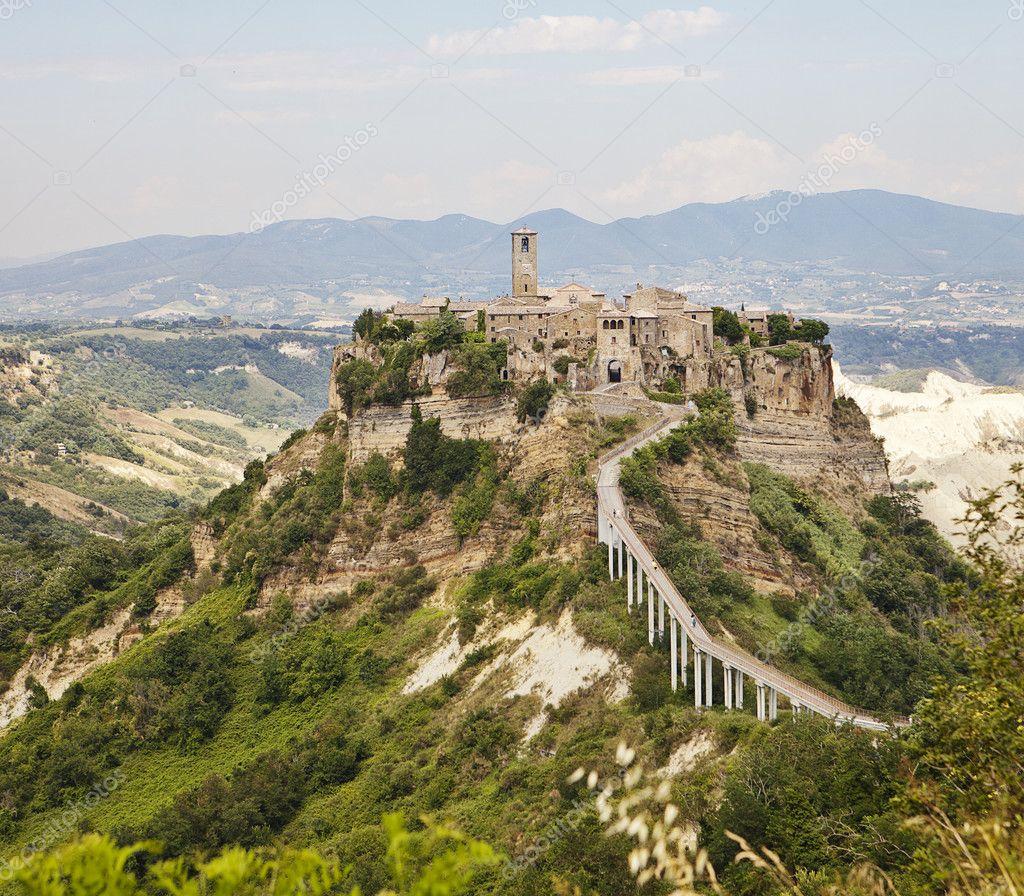 Citt di collina di civita in umbria foto stock for Piani di serra in collina