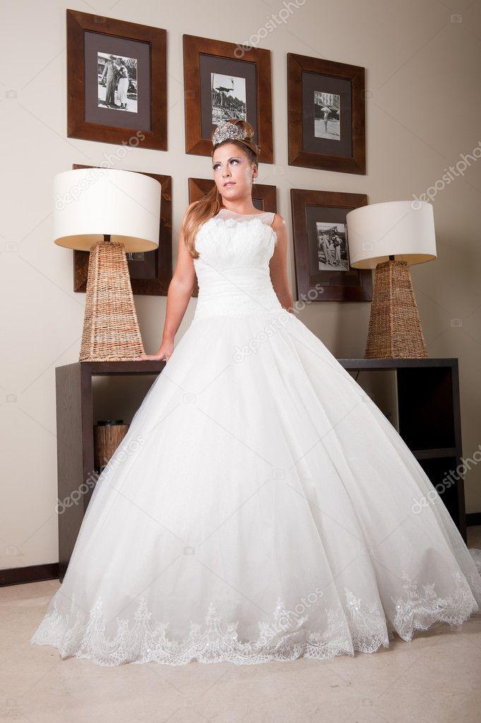 klassischen langen, weißen Hochzeitskleid — Stockfoto © NunoMt #9551188