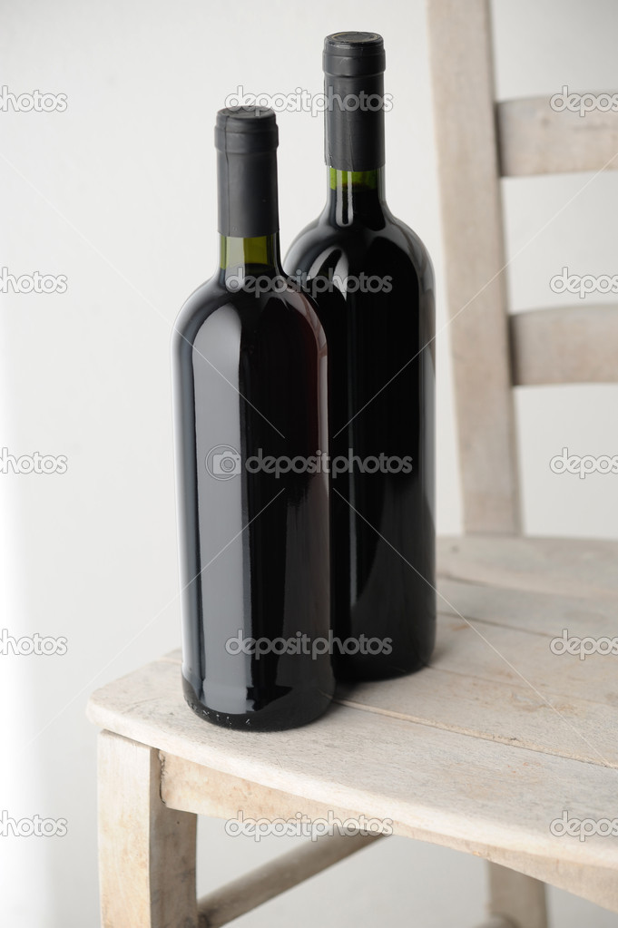 Sur Une Vin Rouge Chaise Deux De Bouteilles Bois Blanc En 5AjR4L