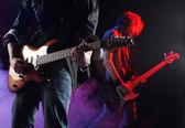 Fotografia musicisti rock suonando in un concerto dal vivo