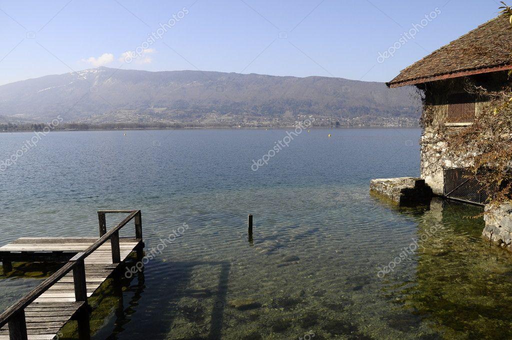 Lungomare casa di pietra sul lago di annecy foto stock for Piani di casa sul lago per lotti ripidi