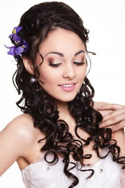 Beauty wedding hairstyle with bright flowers and bright makeup